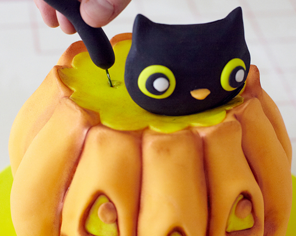 How to sculpt a 3D pumpkin shaped cake - a cute jack o lantern cake for Halloween | by Cakegirls for TheCakeBlog.com
