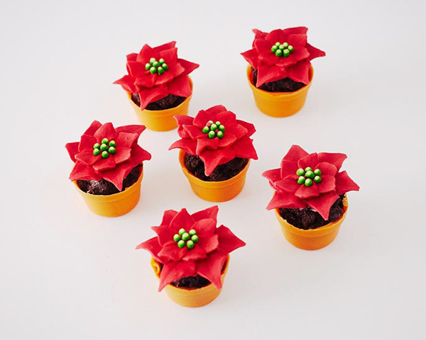 Mini Poinsettia Cakes - festive holiday desserts you can make for Christmas | Cakegirls for TheCakeBlog.com