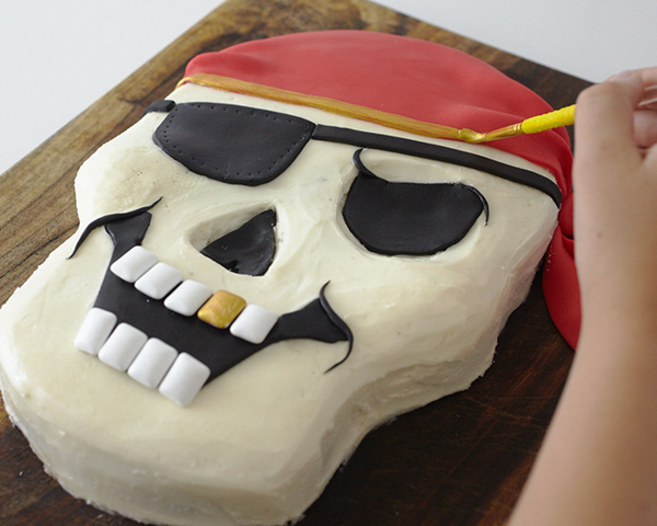 How to make a Pirate Skull Cake | Cakegirls for TheCakeBlog.com