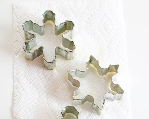 How to make candy snowflakes | by Erin Gardner for TheCakeBlog.com