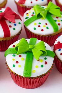 Present Cupcakes - how to decorate cupcakes to look like a Christmas present.A quick and easy holiday dessert | by Cakegirls for TheCakeBlog.com